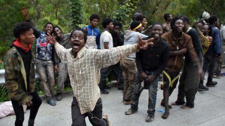 des-migrants-fous-de-joie-apres-leur-passage-de-la-frontiere-entre-le-maroc-et-l-espagne-a-ceuta-le-17-fevrier-2017_5802185