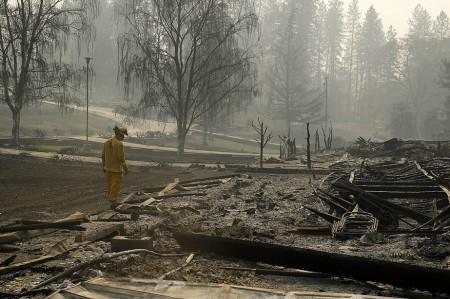 1594132-pompier-cherche-victimes-parc-maisons